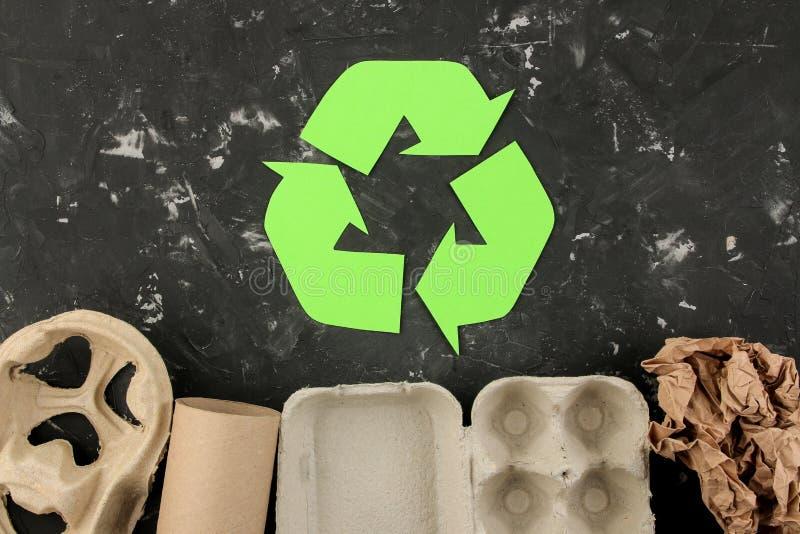 Símbolo de Eco recycling conceito do eco na tabela concreta preta Reciclagem de resíduos Vista superior fotos de stock