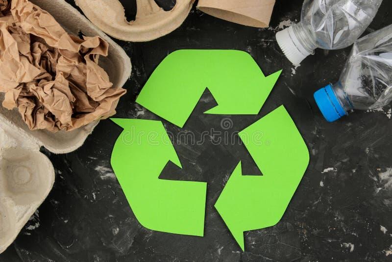 Símbolo de Eco recycling conceito do eco na tabela concreta preta Reciclagem de resíduos Vista superior imagem de stock royalty free
