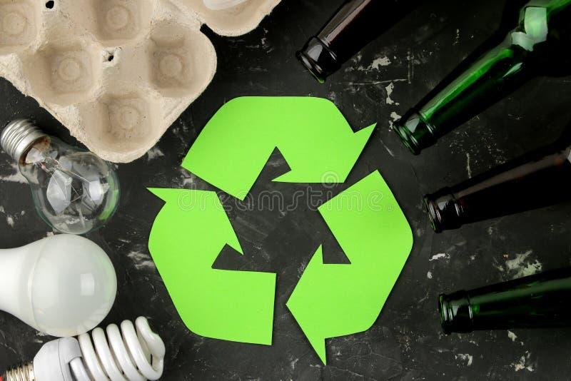Símbolo de Eco recycling conceito do eco na tabela concreta preta Reciclagem de resíduos Vista superior imagens de stock royalty free