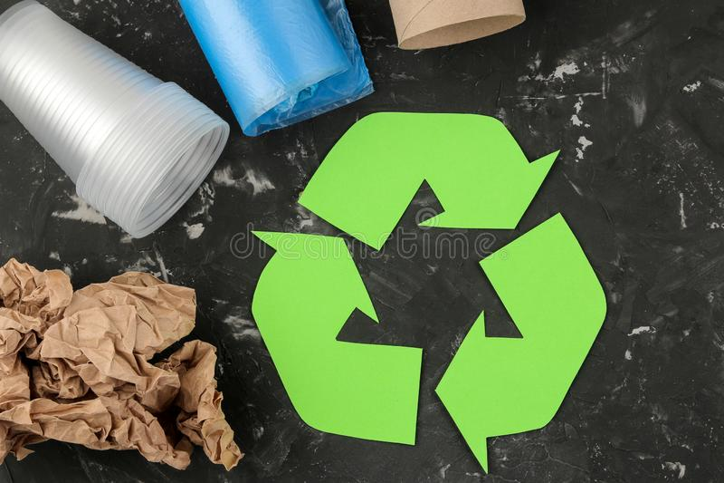 Símbolo de Eco recycling conceito do eco na tabela concreta preta Reciclagem de resíduos Vista superior imagem de stock