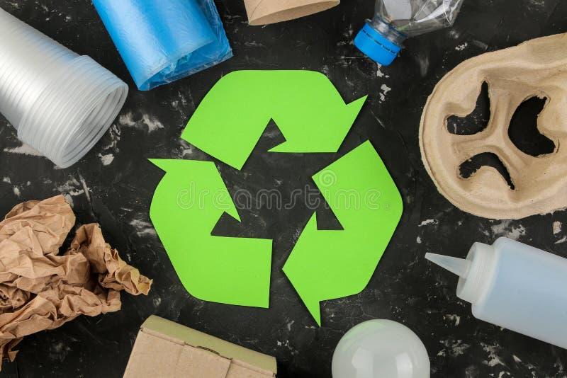 Símbolo de Eco recycling conceito do eco na tabela concreta preta Reciclagem de resíduos Vista superior foto de stock royalty free
