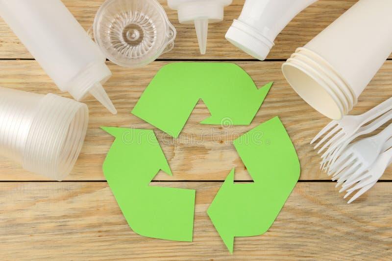 Símbolo de Eco recycling conceito do eco na tabela de madeira natural Reciclagem de resíduos Vista de acima foto de stock