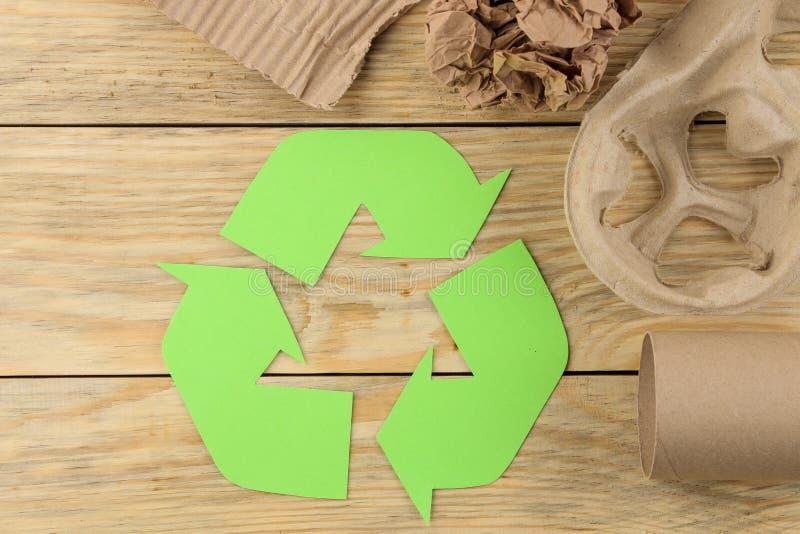 Símbolo de Eco recycling conceito do eco na tabela de madeira natural Reciclagem de resíduos Vista de acima imagens de stock