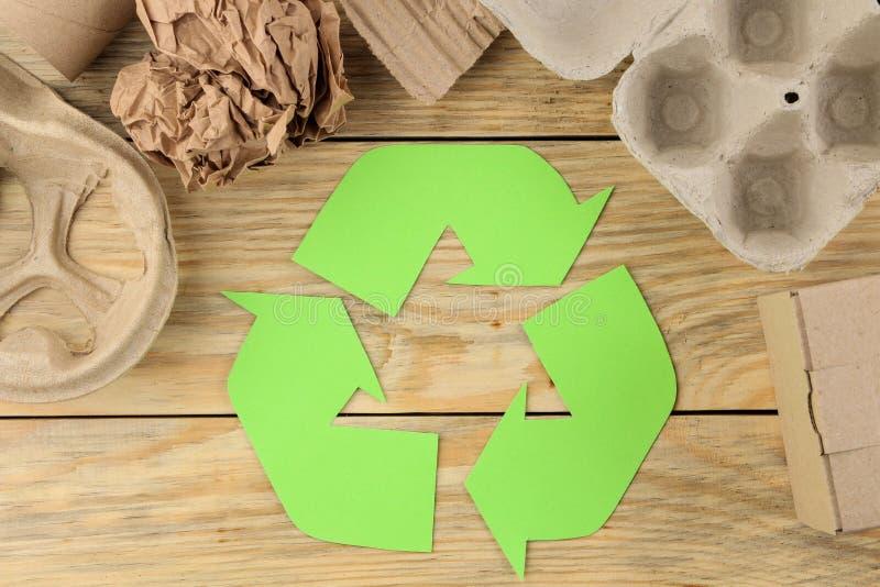 Símbolo de Eco recycling conceito do eco na tabela de madeira natural Reciclagem de resíduos Vista de acima imagem de stock