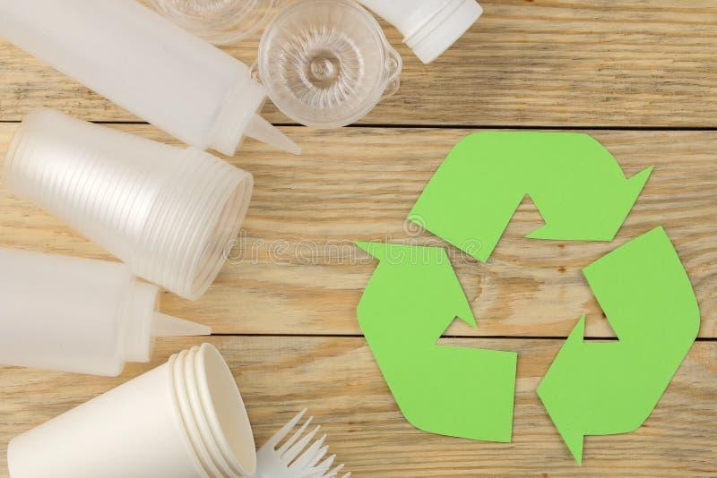 Símbolo de Eco recycling conceito do eco na tabela de madeira natural Reciclagem de resíduos Vista de acima imagem de stock royalty free