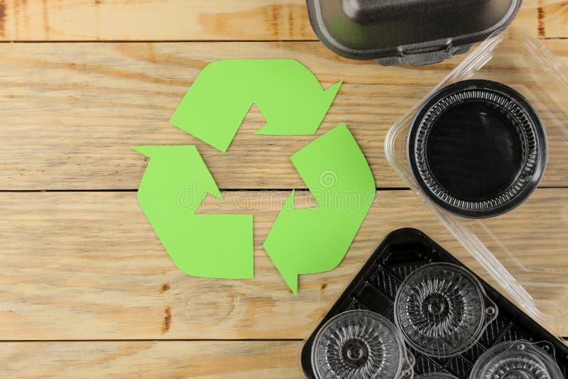 Símbolo de Eco recycling conceito do eco na tabela de madeira natural Reciclagem de resíduos Vista de acima foto de stock royalty free