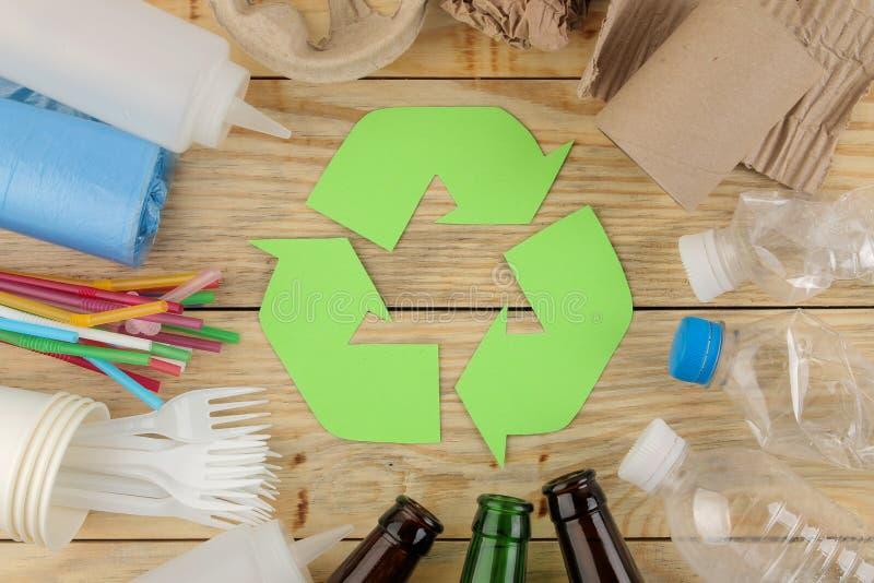 Símbolo de Eco recycling conceito do eco na tabela de madeira natural Reciclagem de resíduos Vista de acima fotografia de stock royalty free
