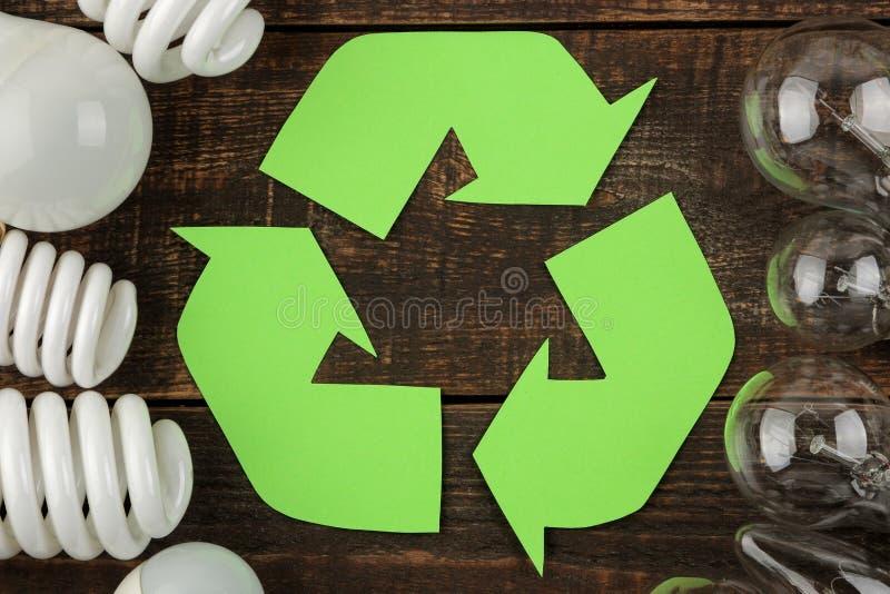 Símbolo de Eco recycling Conceito de Eco na tabela de madeira marrom Reciclagem de resíduos Vista superior fotos de stock royalty free