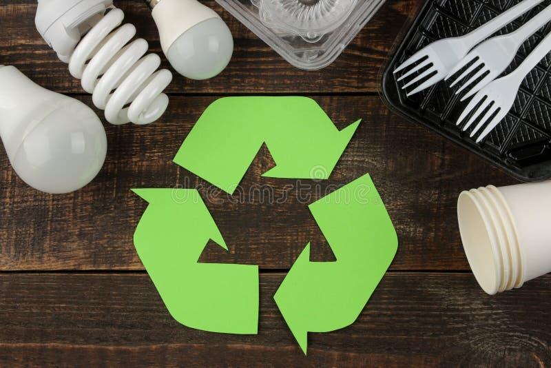 Símbolo de Eco recycling Conceito de Eco na tabela de madeira marrom Reciclagem de resíduos Vista superior fotos de stock