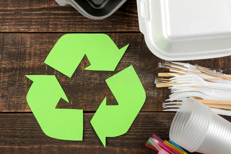 Símbolo de Eco recycling Conceito de Eco na tabela de madeira marrom Reciclagem de resíduos Vista superior foto de stock royalty free
