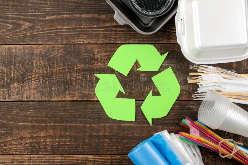 Símbolo de Eco recycling Conceito de Eco na tabela de madeira marrom Reciclagem de resíduos Vista superior imagem de stock royalty free