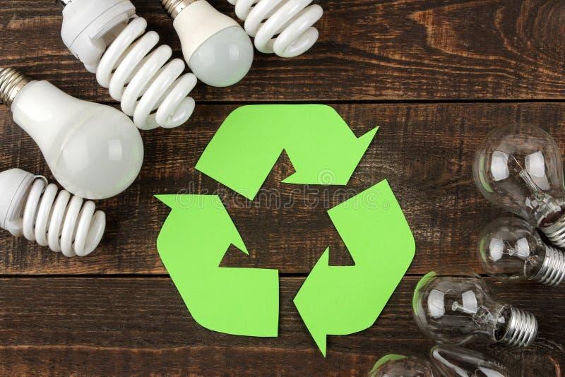 Símbolo de Eco recycling Conceito de Eco na tabela de madeira marrom Reciclagem de resíduos Vista superior imagem de stock