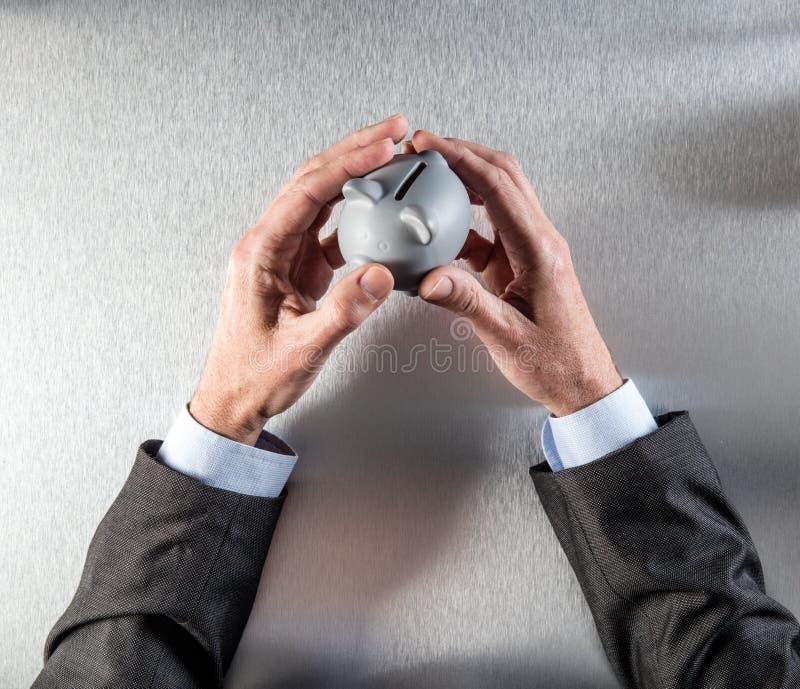 Símbolo de fixar o dinheiro com mãos do banqueiro ou do homem de negócios fotos de stock royalty free