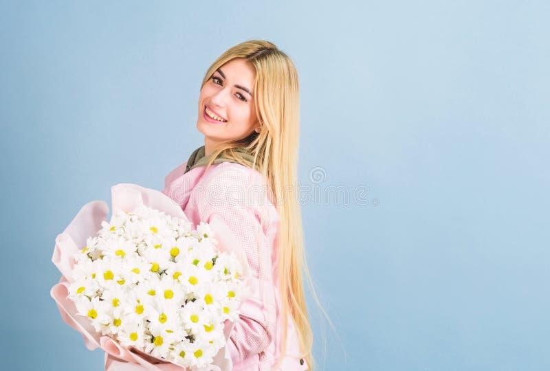 Símbolo de flor chamomile de inocencia y ternura. Celebrando su día especial. Sorpresa por novia. Flores de adore imagenes de archivo