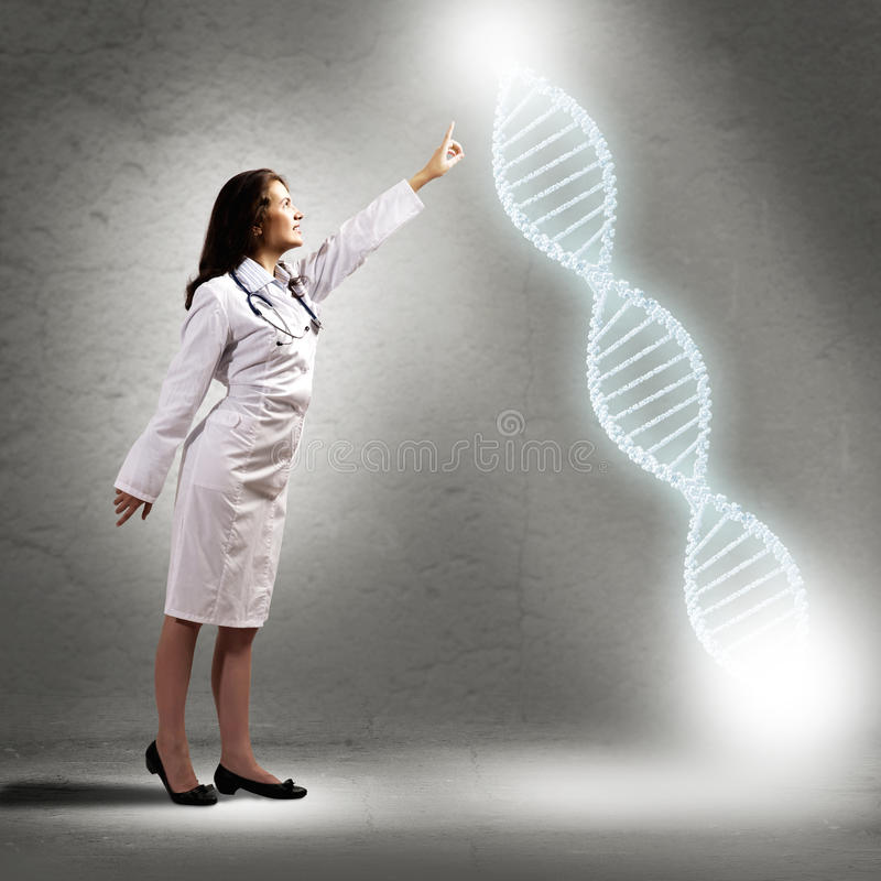 Símbolo de incandescência do ADN do dedo do doutor da jovem mulher foto de stock
