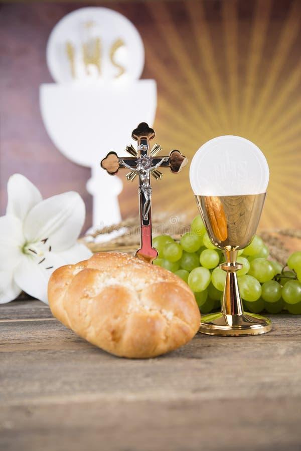 Símbolo de la eucaristía del pan y del vino, cáliz y anfitrión, primer comm fotos de archivo