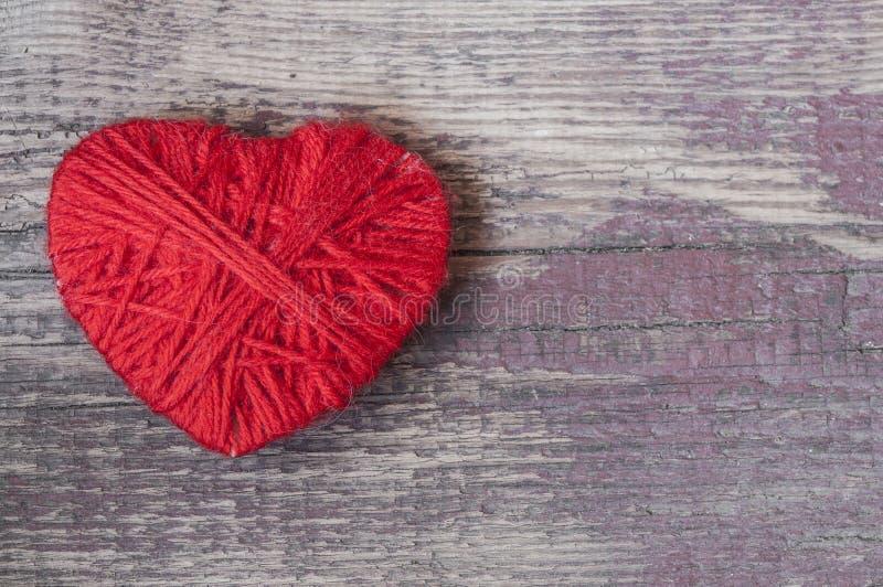 símbolo de la forma del corazón hecho de las lanas fotografía de archivo