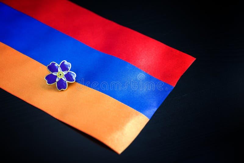 Símbolo de la nomeolvides del centennial del genocidio armenio en imperio de otomano y la bandera de Armenia Día de conmemoración fotos de archivo libres de regalías