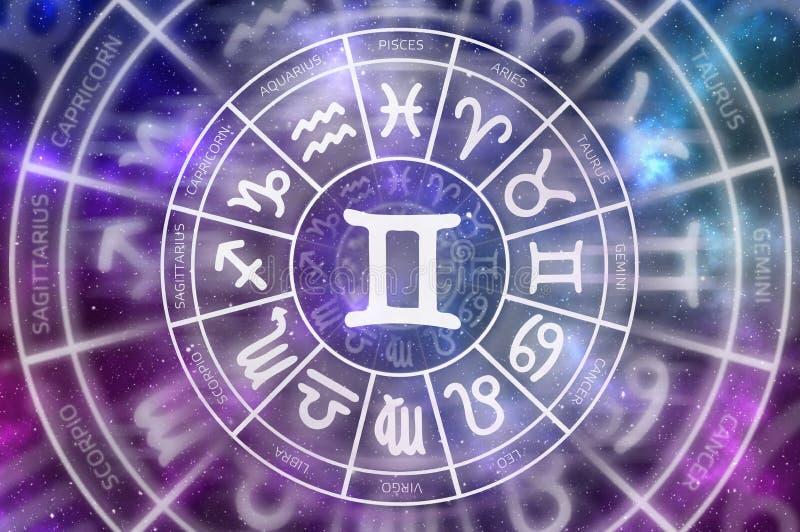 Símbolo de los géminis del zodiaco dentro del círculo del horóscopo foto de archivo