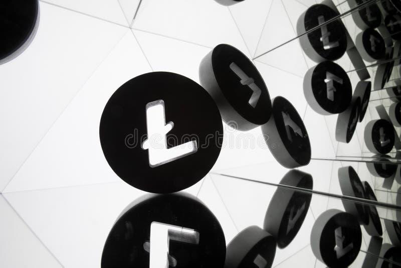 Símbolo de moeda de Litecoin com muitas imagens espelhando dse foto de stock royalty free