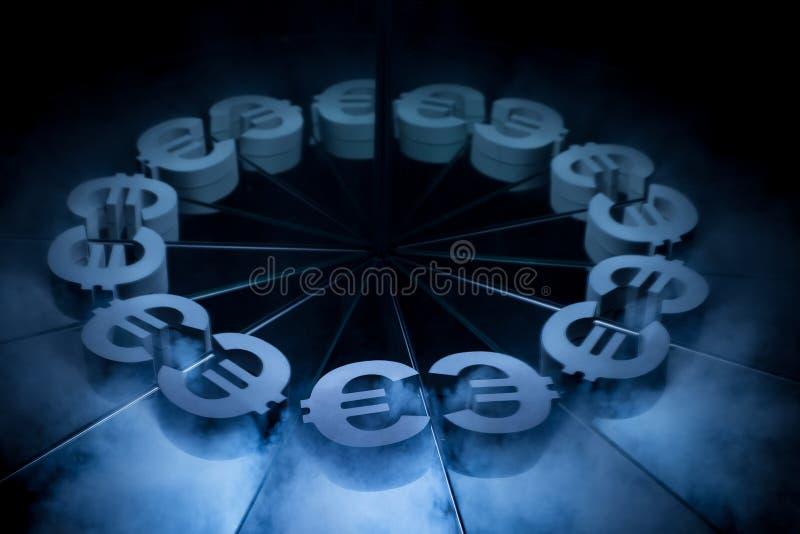 Símbolo de moneda euro europeo cubierto en niebla oscura del invierno fotografía de archivo