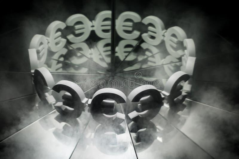 Símbolo de moneda euro europeo en el espejo y cubierto en humo fotos de archivo