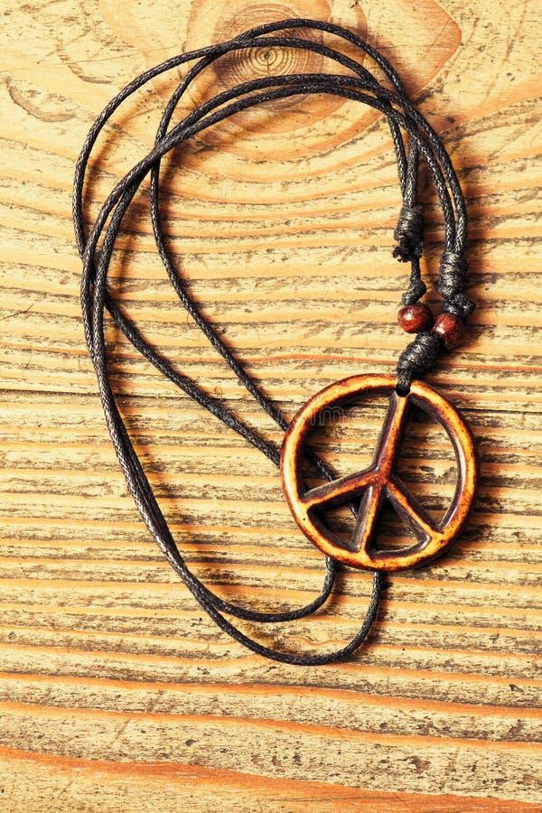 Símbolo de paz de madeira no fundo de madeira fotografia de stock royalty free