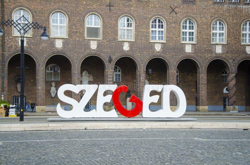Símbolo de Szeged escrito no steet perto da igreja votiva fotos de stock royalty free