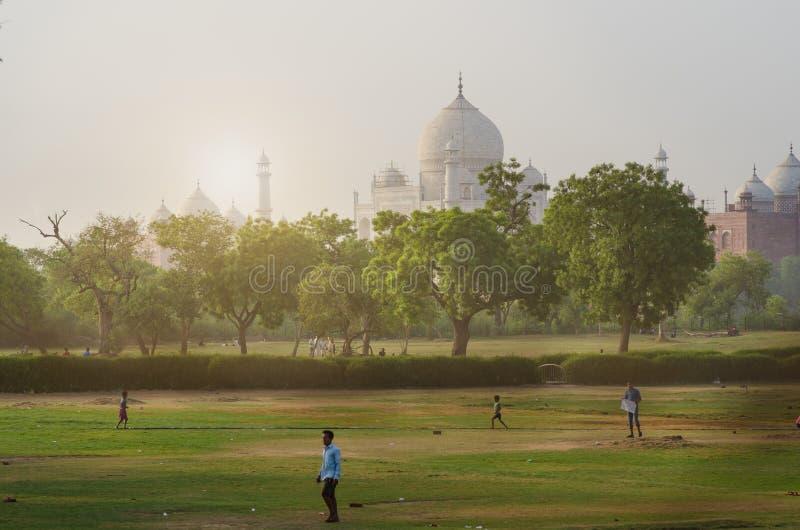 Símbolo de Taj Mahal da religião do hinduism Foto não tradicional de Taj Mahal Manhã azul Adultos novos Conceito da viagem e imagens de stock royalty free