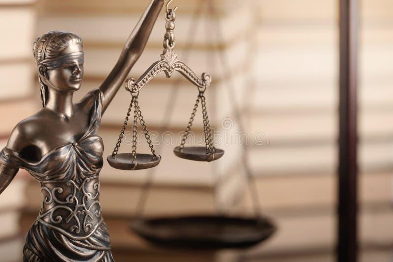 Símbolo de Themi de justiça no fundo borrado foto de stock royalty free