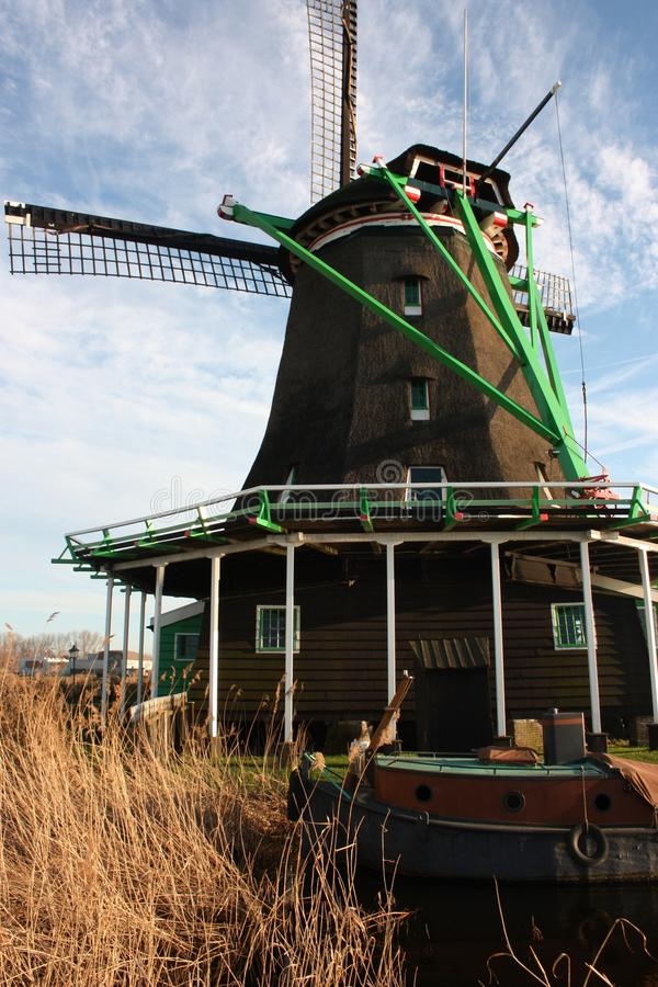 Símbolo de uma tradição agora perdida, agora uma mera atração turística os moinhos de vento coloridos construíram da madeira aind imagem de stock royalty free