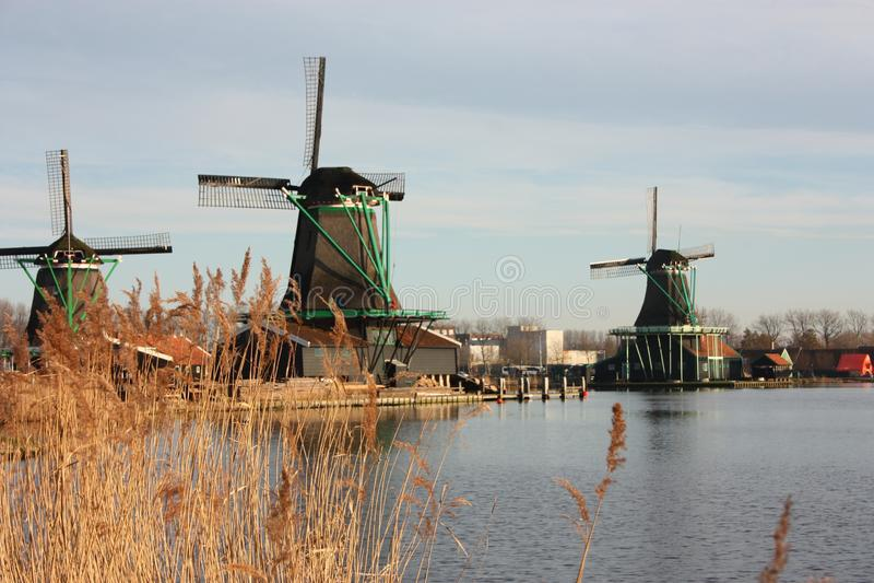 Símbolo de uma tradição agora perdida, agora uma mera atração turística os moinhos de vento coloridos construíram da madeira aind fotografia de stock