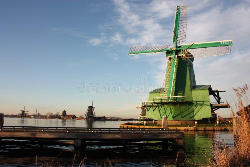 Símbolo de uma tradição agora perdida, agora uma mera atração turística os moinhos de vento coloridos construíram da madeira aind imagens de stock