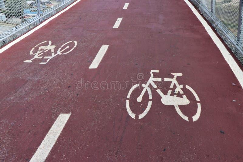 Símbolo de una bicicleta, situado en una trayectoria de la bicicleta en la ciudad foto de archivo