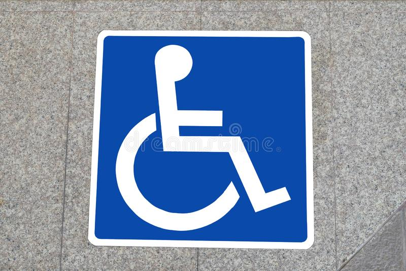 Símbolo de una silla de ruedas en la tierra de la estación de tren de cielo imagen de archivo