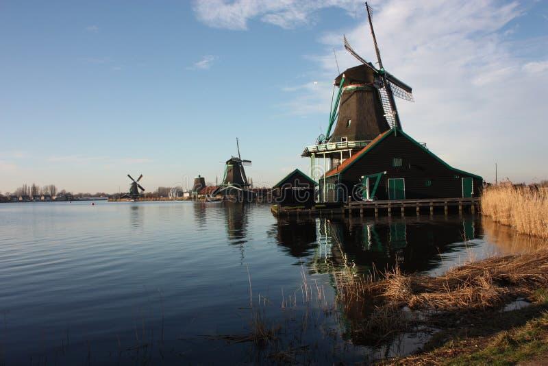 Símbolo de una tradición ahora perdida, ahora una simple atracción turística los molinoes de viento coloridos construyeron de la  imagen de archivo libre de regalías