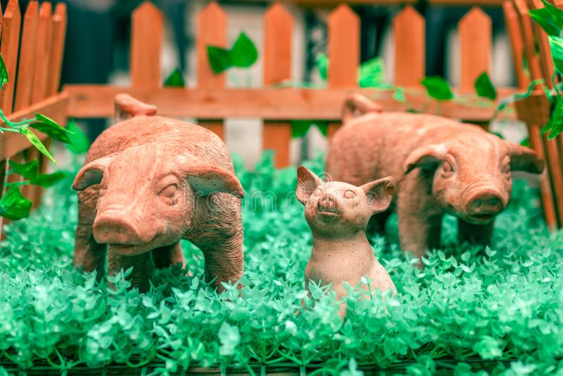 Símbolo del Año Nuevo 2019 El cerdo de cerámica recién nacido del juguete rodeó imágenes de archivo libres de regalías