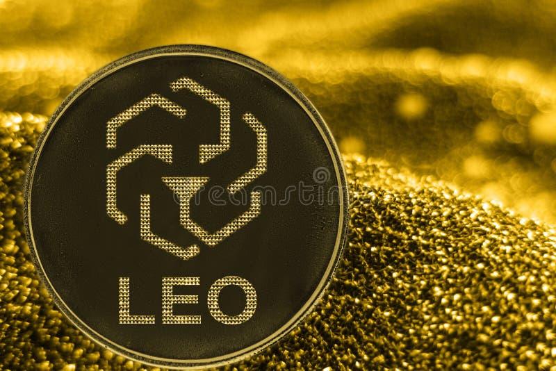 Símbolo del bitfinex de Leo del cryptocurrency de la moneda en fondo de oro fotografía de archivo libre de regalías