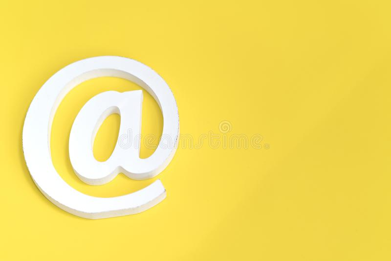 Símbolo del correo electrónico en fondo azul El concepto para Internet, entra en contacto con nos y la direcci?n de correo electr fotografía de archivo libre de regalías