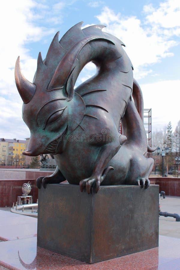 Símbolo del dragón de la escultura de bronce del zodiaco chino fotografía de archivo libre de regalías
