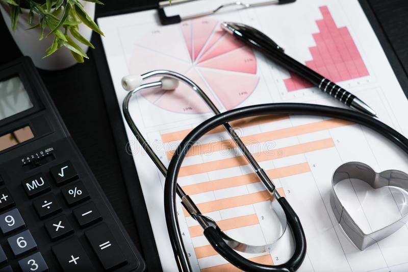 Símbolo del estetoscopio y de la calculadora para los costes o el médico de la atención sanitaria imagen de archivo libre de regalías