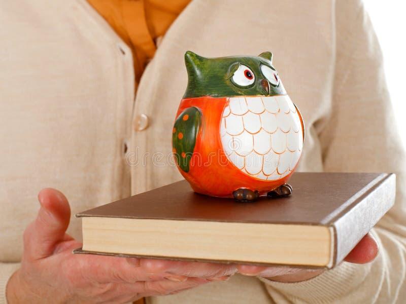 Símbolo del libro y del búho de la sabiduría foto de archivo libre de regalías
