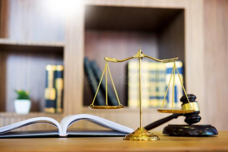 Símbolo del mazo del abogado de la ley del juez con la mesa de la tabla de los abogados de la justicia, lugar de trabajo con los  foto de archivo libre de regalías