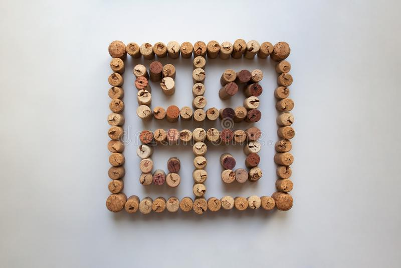 Símbolo del meandro de los corchos del vino en el fondo blanco imagenes de archivo