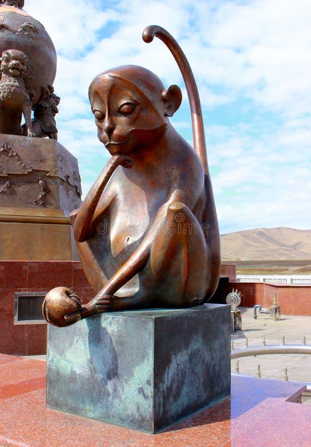 Símbolo del mono de la escultura de bronce del zodiaco chino foto de archivo