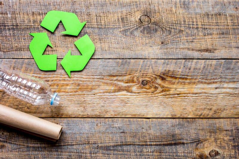 S mbolo del reciclaje de residuos con basura en maqueta de - Reciclaje de la madera ...