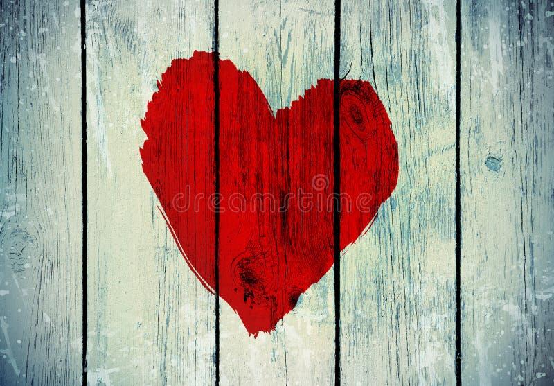 Símbolo do amor na parede de madeira velha foto de stock royalty free