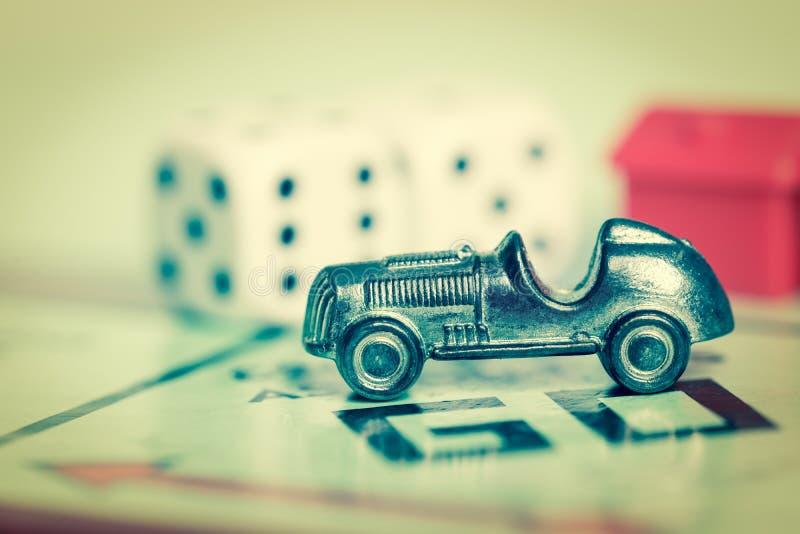 Símbolo do carro em uma placa do jogo do monopólio imagem de stock royalty free
