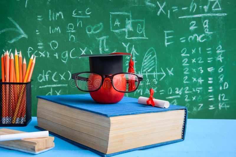 Símbolo do conhecimento de Apple e livros do lápis na mesa imagens de stock royalty free