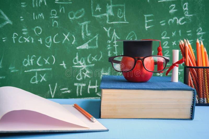Símbolo do conhecimento de Apple e livros do lápis na mesa imagens de stock
